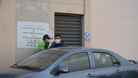 Instantes en que Aduviri salió de la cárcel y se subió en este automóvil. (Foto: Carlos Fernández)