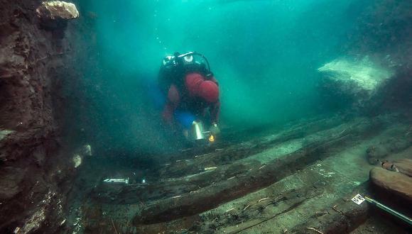 Una imagen distribuida por el Ministerio de Turismo y Antigüedades de Egipto el 19 de julio de 2021 muestra a un buzo explorando el casco de un barco militar descubierto en la ciudad hundida de Thonis-Heracleion en la bahía de Abu Qir, en la costa mediterránea del norte de Egipto. (Foto: Egyptian Ministry of Antiquities / AFP)