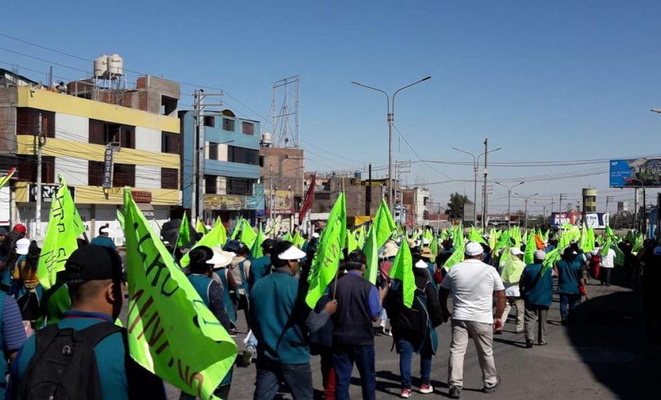 Durante el segundo día de paro regional, hubo bloqueos y enfrentamientos con la policía.  Manifestantes avanzaron por la Av. Andrés A. Cáceres y atemorizaron a transeúntes. (Foto: Zenaida Condori)