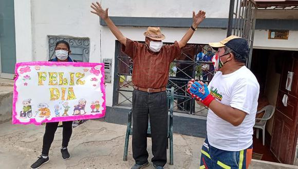 Tumbes: personas de la tercera edad disfrutaron de show de entretenimiento en la puerta de su casa (Foto: Municipalidad Provincial de Tumbes).