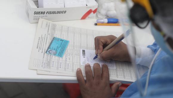 Durante el proceso de vacunación, los profesionales de la salud solicitaban el documento nacional de identificación (DNI) a los adultos mayores para proceder con llenar una cartilla donde se coloca los datos de la persona, y así queda constancia que recibió la primera dosis. A la fecha, a las personas de la tercera edad se les viene aplicando la dosis del laboratorio de Pfizer. (Foto: Jorge Cerdán/ @photo.gec)