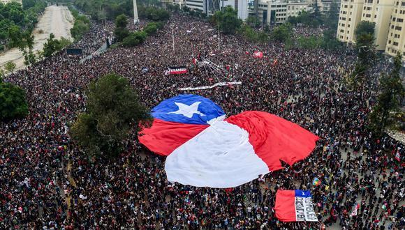 Foto de archivo tomada el 8 de noviembre de 2019 durante una multitudinaria manifestación contra el gobierno del presidente de Chile, Sebastián Piñera. (MARTIN BERNETTI / AFP).