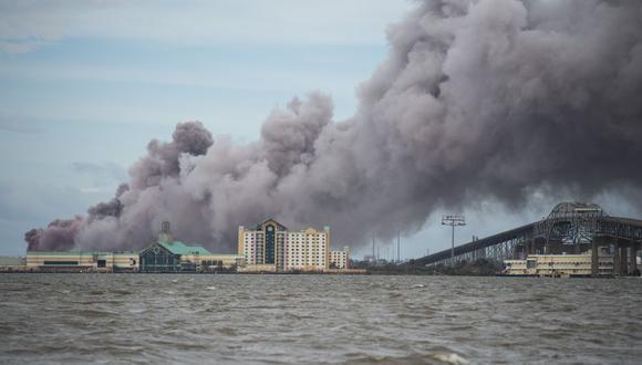 El humo se eleva de una planta química en llamas después del paso del huracán Laura en Lake Charles, Louisiana. (Foto de ANDREW CABALLERO-REYNOLDS / AFP).