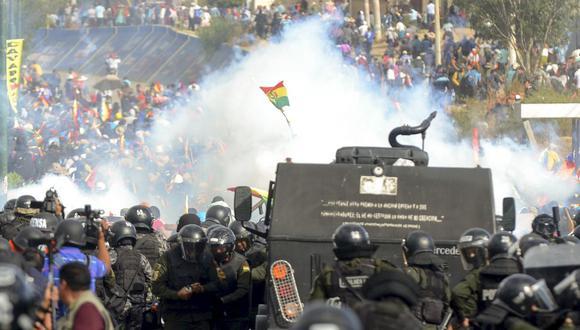 La policía antidisturbios de Bolivia se enfrenta a partidarios de Evo Morales durante una protesta en Sacaba, Cochabamba, el 15 de noviembre de 2019. (Foto de STR / AFP).