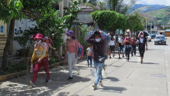 Varias familias siguen caminando desde hace 4 días tras perder sus empleos. (Foto: Jorge Quispe Romero)