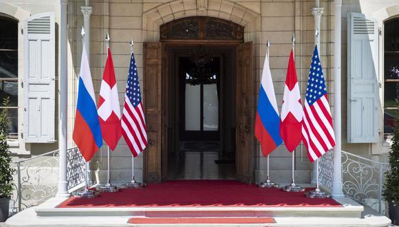 Banderas de Rusia, Estados Unidos y Suiza ondean frente a la villa La Grange, en vísperas de la cumbre entre Joe Biden y Vladimir Putin. (Foto de PETER KLAUNZER / POOL / AFP).
