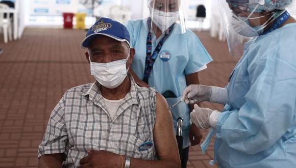 La campaña de vacunación a afiliados privados- adultos mayores de 80 años a más- se inicia el día de hoy en el centro de vacunación de la clínica Javier Prado. (Foto: GEC)