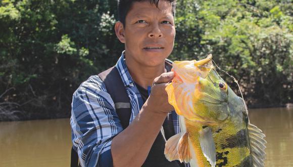 Ángel Yaicate, habitante de Yanayacu, sostiene un voluminoso tucunaré atrapado en una de las lagunas vecinas a la comunidad. Foto: Natalia TamarÍz