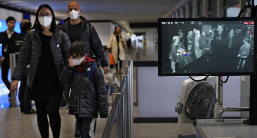 Un oficial de vigilancia de la salud utiliza un escáner de temperatura para controlar a los pasajeros que llegan al aeropuerto internacional de Hong Kong. (Foto: AFP/Archivo).