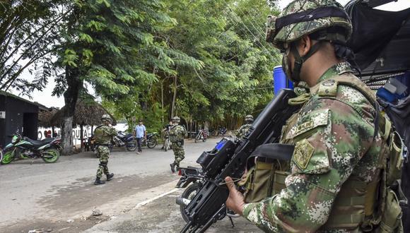 Soldados colombianos patrullan cerca del río Arauca, en el municipio de Arauquita. Más de 3.000 personas huyeron a Colombia para escapar de los enfrentamientos que estallaron en Venezuela entre sus militares y presuntos disidentes de las FARC. (Foto de Daniel Fernando MARTINEZ CERVERA / AFP).