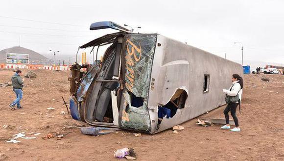 Esta madrugada el bus de la empresa Nuevo Turismo Barranca sufrió una volcadura y dejó un muerto. (Foto: Facebook/BCA TV)
