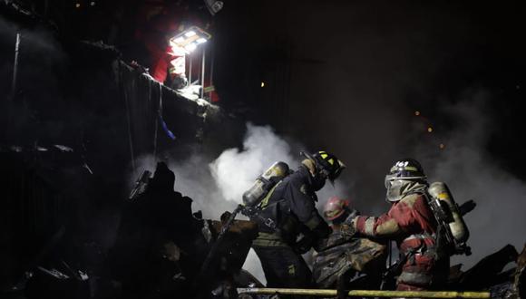 Bomberos procedieron a la remoción de escombros tras controlar el incendio. (Renzo Salazar/GEC)