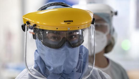 Personal de salud usa trajes protectores contra el coronavirus en la unidad de cuidados intensivos del Hospital Público El Tunal, en Bogotá. (Foto: Juan BARRETO / AFP).