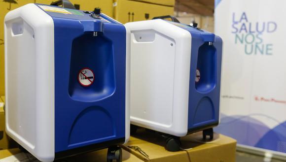 Un concentrador de oxígeno es un dispositivo eléctrico que absorbe aire del ambiente, separa el oxígeno de otros gases y suministra oxígeno al paciente en altas concentraciones. (Imagen referencial/Minsa)