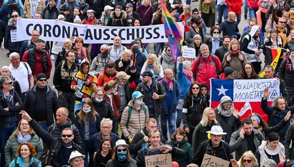 Imagen de las protestas en contra de las restricciones para frenar el coronavirus en Stuttgart. EFE