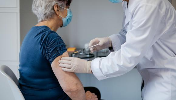 Los adultos mayores de 60 años a más, personas con morbilidad a priorizar y comunidades nativas o indígenas; serán vacunados en la segunda fase del proceso de inmunización. (Foto: Shutterstock)