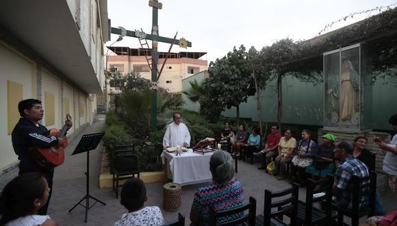 El jueves último, se ofició una misa en las afueras de la parroquia San Gabriel. Esto para prevenir posibles contagios. Ahora cerró sus puertas hasta nuevo aviso, según informaron (Foto: Hugo Perez)