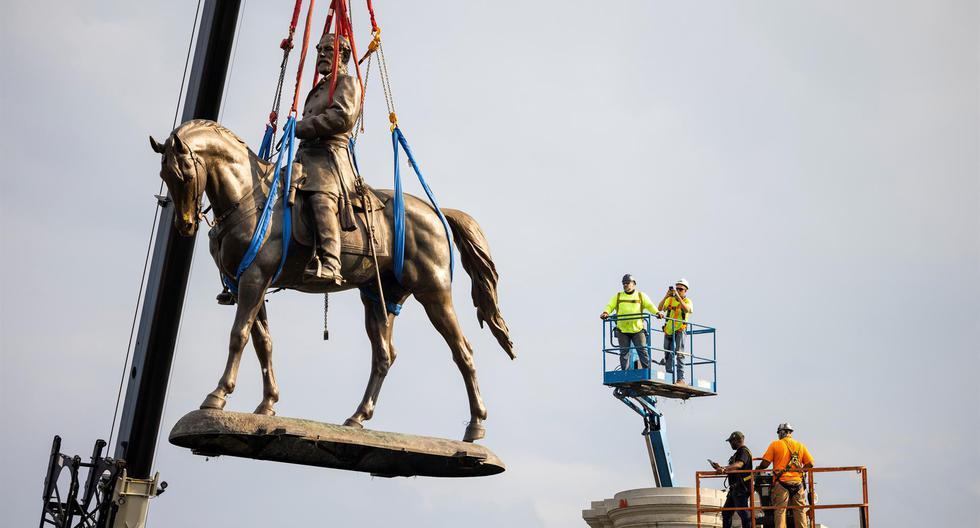 Los trabajadores retiran la estatua del general confederado Robert E. Lee en Richmond, Virginia, Estados Unidos, 8 de septiembre de 2021. (EFE / EPA / JIM LO SCALZO).