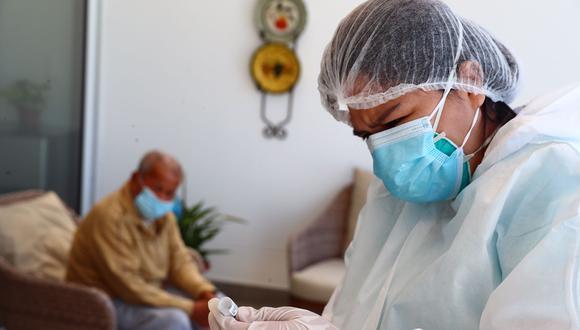 El proceso de vacunación se realiza con las personas de la tercera edad. (Foto: GEC)