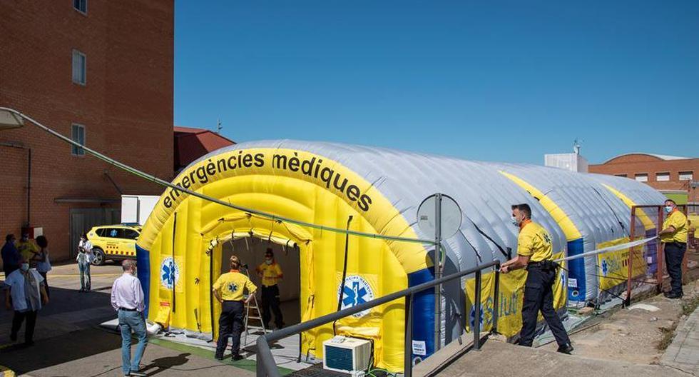 El Sistema de Emergencias Médicas (SEM) de la Generalitat de Cataluña ha instalado este viernes un hospital de campaña, formado por tres módulos independientes , junto al Hospital Universitario Arnau de Vilanova de Lleida, ante los nuevos brotes de coronavirus surgidos en los últimos días. (EFE/ Ramón Gabriel).