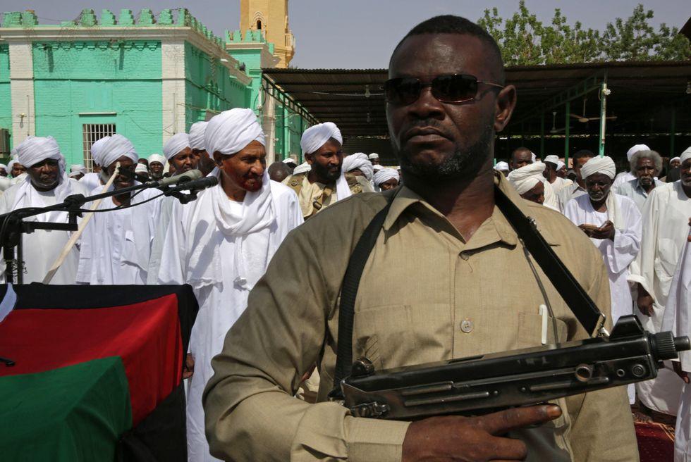 Un militar resguarda a los fieles que participan en un rezo por el Ramadán. (EFE).