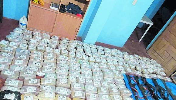 Puno: los agentes hallaron 177 paquetes de una sustancia compacta, 5 armas de fuego de largo alcance, una radio y teléfono celular, que habrían sido abandonados por los narcotraficantes | Foto: PNP