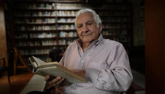 Max Hernández Camarero en su estudio miraflorino. El lugar más destacado en su biblioteca lo tiene Sigmund Freud. (Foto: Anthony Niño de Guzmán /GEC)