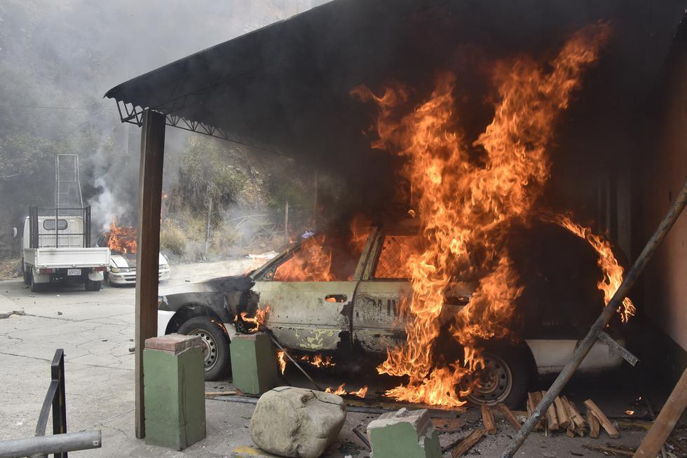 Vista de un auto policial incendiado en una comisaría agredido por un grupo de productores de hoja de coca en el marco de los enfrentamientos que intentaban tomar el Mercado de Coca en La Paz. (Foto: AIZAR RALDES / AFP)