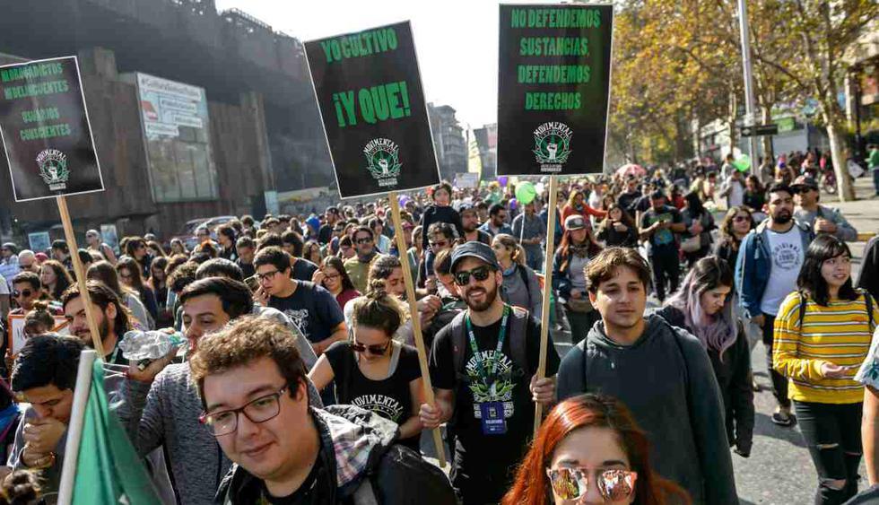 """Las personas participan en la marcha """"Cultive sus derechos"""" para exigir la legalización de la marihuana, en Santiago, el 18 de mayo de 2019. (Foto: AFP)"""