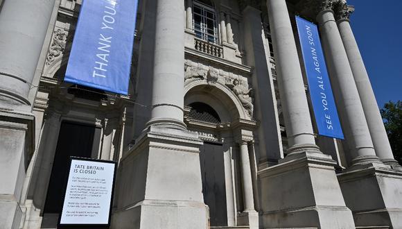 Imagen del museo Tate Britain, actualmente cerrado a los visitantes debido a la actual pandemia de coronavirus. Así lo anuncia un aviso instalado en su frontias. (JUSTIN TALLIS / AFP)