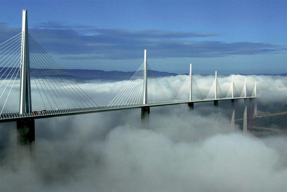 La hermosura del Viaducto de Millau, en Francia, esconde su polémica construcción.