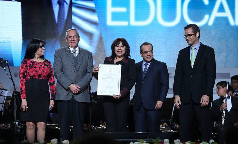 En el 2016, Mónica Lanchipa obtuvo las Palmas Magisteriales, el máximo reconocimiento a un profesor por parte del Estado.