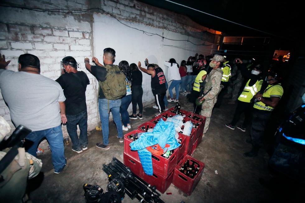 En medio de la segunda ola por COVID-19, agentes de la Policía Nacional intervinieron a más de 20 personas que participaban en una fiesta clandestina dentro de una vivienda ubicada en la tercera zona de Las Delicias, en Chorrillos. Los detenidos no respetaron las medidas establecidas en el marco del estado de emergencia por el coronavirus como la inmovilización social y evitar aglomeraciones. (Foto: César Grados /@photo.gec)