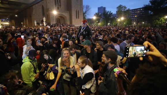 Coronavirus: Una multitud se reúne para celebrar la primera noche sin toque de queda desde octubre en Bruselas, Bélgica. (EFE / EPA / OLIVIER HOSLET).