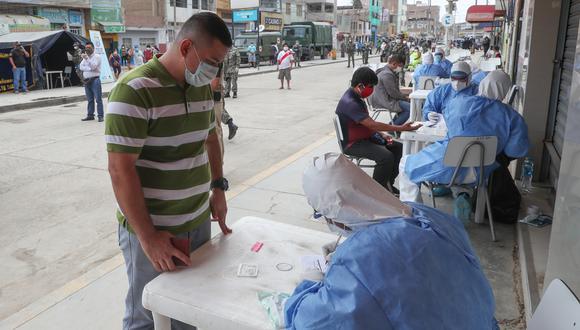 Chiclayo. Comerciantes fueron sometidos a pruebas rápidas para COVID-19 y 95 dieron positivo. (Ministerio de Defensa)