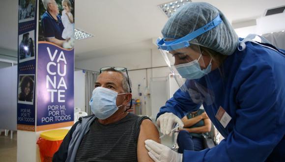 El brasileño José Adir Maciel de Oliveiura Quevedo, de 63 años, que vive en la ciudad brasileña de Santana do Livramento, recibe una dosis de la vacuna contra la enfermedad del coronavirus CoronaVac (COVID-19) de Sinovac, en el hospital Comeri en Rivera, Uruguay. (Foto: REUTERS / Diego Vara).