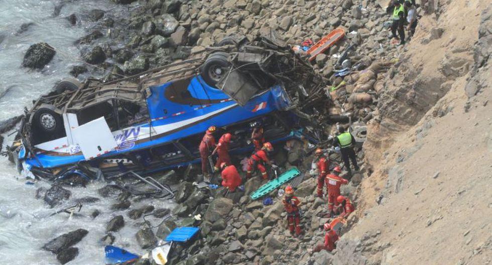 Un bus interprovincial se desbarrancó la mañana del 2 de enero de 2018 a la altura del kilómetro 75 la Panamericana Norte, en el serpentín de Pasamayo. Murieron 52 personas. (Dante Piaggio / El Comercio)
