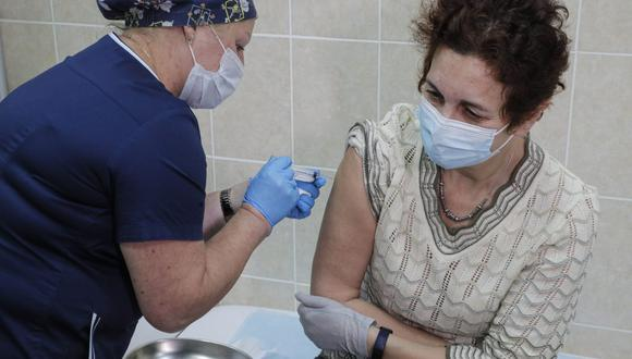 Un trabajador médico administra una vacuna de prueba contra el coronavirus en Moscú (Rusia), el 17 de setiembre de 2020. (EFE/EPA/SERGEI ILNITSKY).