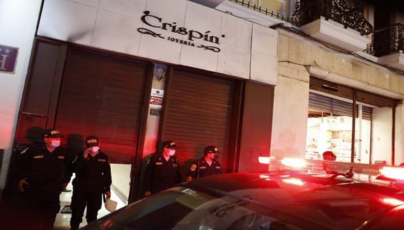 Cuatro delincuentes asaltaron anoche la joyería Crispín, y se llevaron joyas valorizadas en 30 mil dólares. (Foto: Hugo Pérez / @photo.gec)