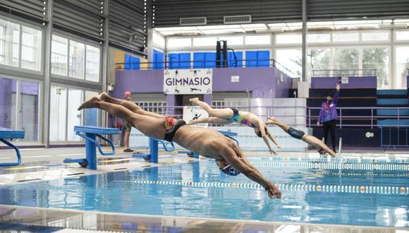 Las directivas sanitarias en el Perú exigen una concentración de cloro entre 0,4 y 1,2 mg/l en las piscinas, que permite reducir el riesgo de transmisión de virus y bacterias. (Foto: Elías Alfageme / Somos)
