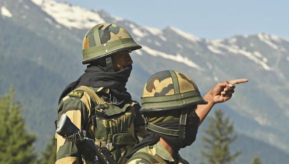 Soldados de la Fuerza de Seguridad Fronteriza de la India (BSF) vigilan una carretera que conduce hacia Leh, que limita con China. (Foto por Tauseef MUSTAFA / AFP).