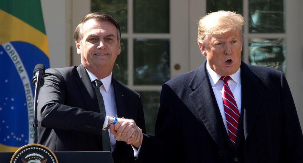 El presidente de Estados Unidos, Donald Trump (derecha), estrecha la mano de su homólogo brasileño, Jair Bolsonaro (izquierda), tras la reunión mantenida entre ambos mandatarios en la Casa Blanca. (Foto: Archivo/EFE/Michael Reynolds).