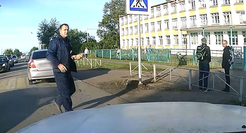 Hombre salvó a un gato segundos antes de que sea arrollado por un vehículo en movimiento   Foto: YouTube / ViralHog