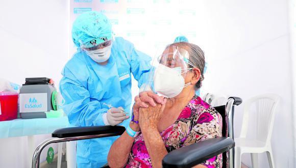 El proceso de vacunación en adultos mayores de 80 años sigue su curso. (Foto: Andina)