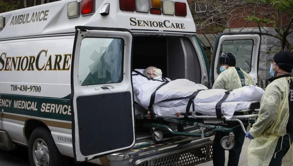 Un paciente es subido a una ambulancia por trabajadores médicos de emergencia afuera del Cobble Hill Health Center en el distrito de Brooklyn de Nueva York. (Foto: AP / John Minchillo, Archivo)