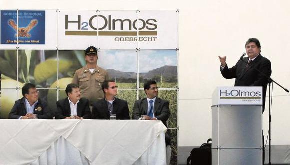 Velásquez (primero a la izquierda) participó junto con Barata (al centro) en la ceremonia encabezada por Alan García en la que se firmó la concesión, el 11 de junio del 2010.