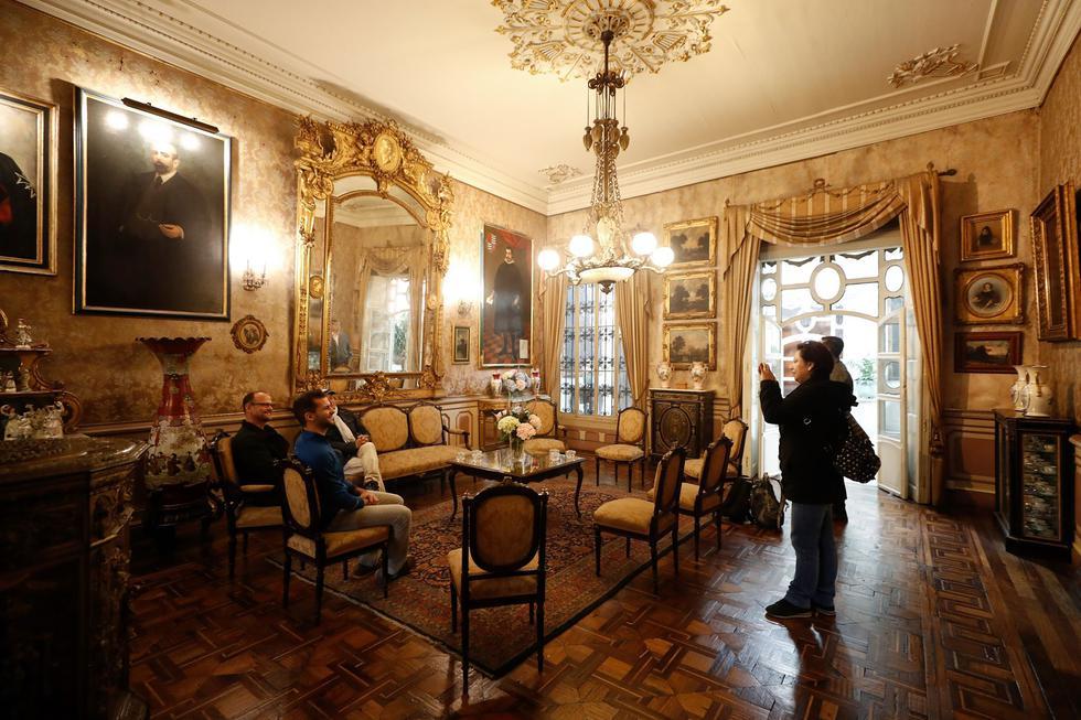 El mobiliario del salón dorado es de madera palo rosa con bronce cincelado y dorados. (Foto: César Campos)