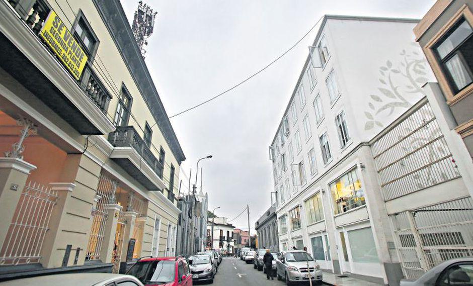 En calles de la zona protegida de Barranco, como el jirón Colina, se pueden encontrar edificios nuevos que desentonan con el diseño de casonas republicanas que fueron declaradas monumentos. (Félix Ingaruca / El Comercio)