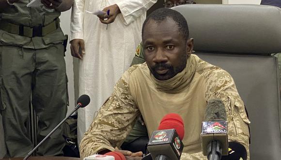En esta fotografía de archivo tomada el 19 de agosto de 2020, el coronel Assimi Goita habla con la prensa en el Ministerio de Defensa de Malí en Bamako. (MALIK KONATE / AFP).
