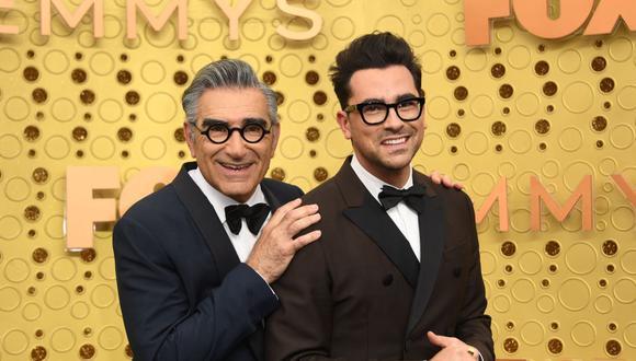 En esta foto de archivo tomada el 22 de septiembre de 2019, el actor canadiense Eugene Levy y su hijo, el actor Daniel Levy, llegan a la 71a edición de los premios Emmy en el Microsoft Theatre de Los Ángeles. (AFP/VALERIE MACON).